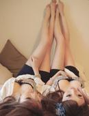丰满嫩乳孪生姐妹自拍