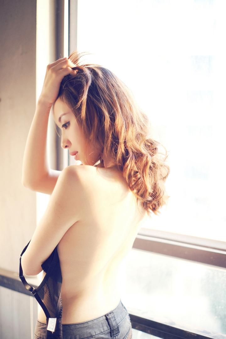 激情美女美胸美肤诱人写真